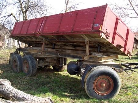 Islužena kamionska prikolica