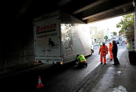 Kamion zaglavljen ispod mosta