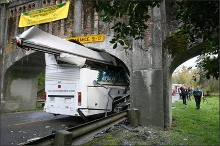Autobus zaglavljen ispod mosta