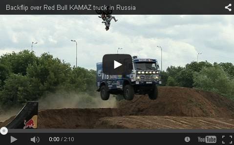 Stunt: motor preskače kamion u kretanju